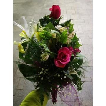 Букет от червени рози, алстромерия и ириси